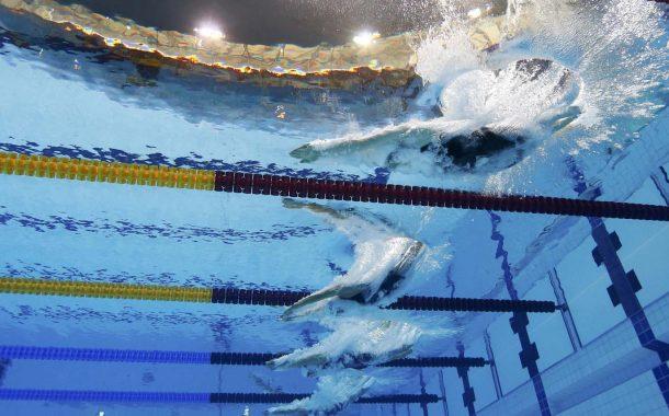 یک شناگر حرفه ای در یک سال در چند مسابقات شرکت می کند؟